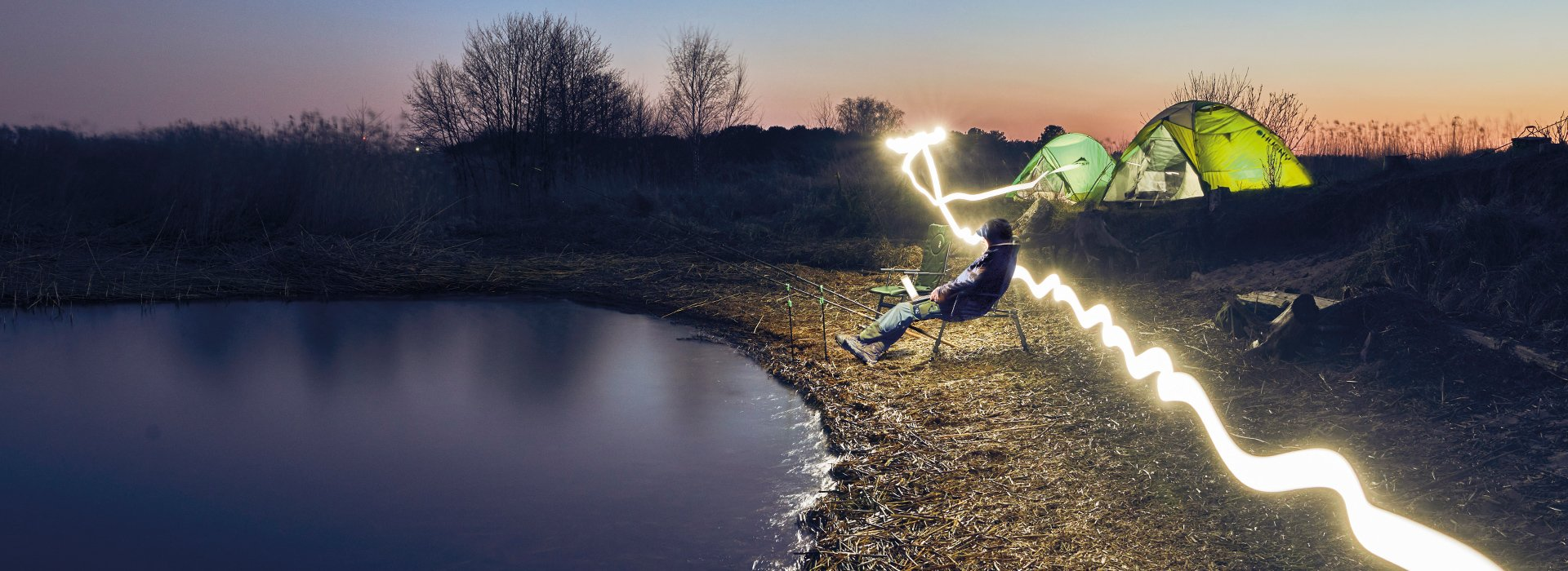Linterna con cargador DeeperIlumine sus actividades al aire libre