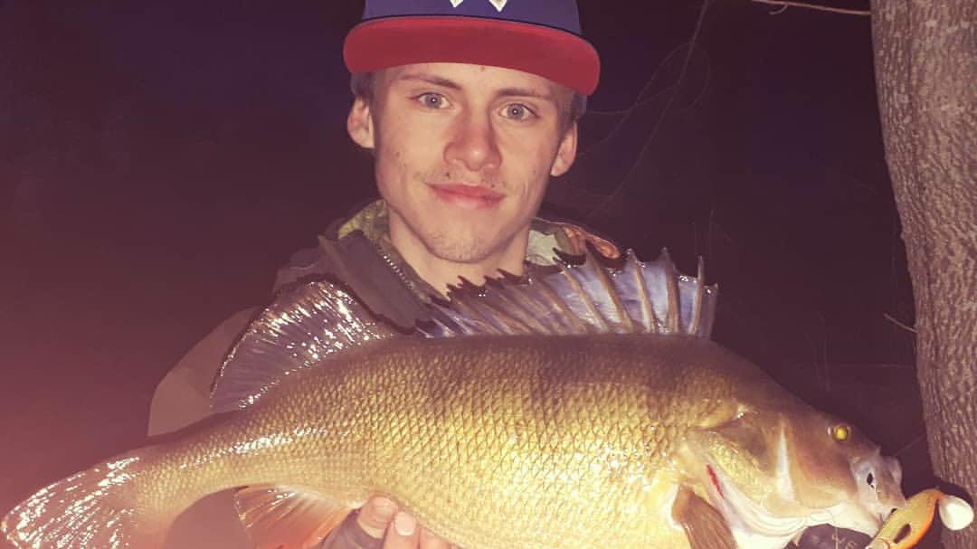 Hur man lokaliserar och fiskar abborre på natten med hjälp av deeper