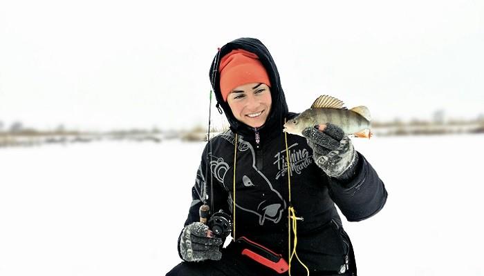 Moteris ledo žvejyboje