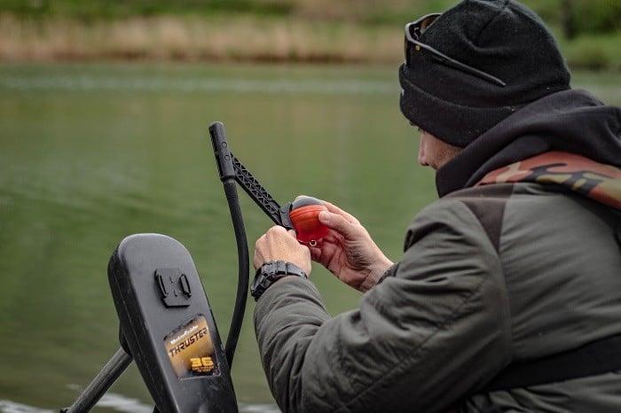 Il primo paso è quello di montare il Deeper Pro+ sul suo apposito braccio regolabile, collegarlo al telefono e partire.